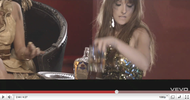 Nika Kljun in Jennifer Lopez v novem videospotu On The Floor